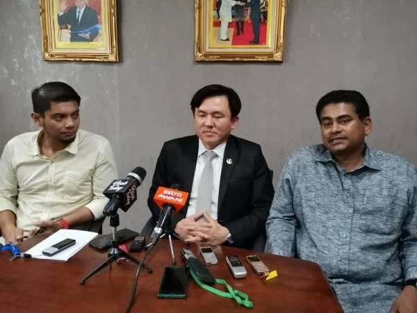 Choo Kiong (tengah) bersama Hasnul Zulkarnain dan Sivasubramaniam mengumumkan keluar parti dan menjadi bebas.