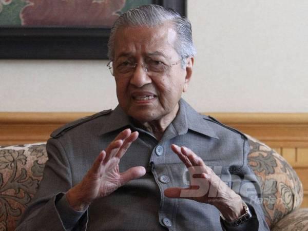 Dr Mahathir ketika wawancara eksklusif bersama Sinar Harian di pejabatnya di Yayasan Kepimpinan Perdana, Putrajaya di sini semalam. - Foto Asril Aswandi