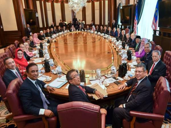 Muhyiddin bergambar bersama jemaah menteri sebelum mesyuarat kabinet pertama kerajaan baharu di Bangunan Perdana Putra hari ini. Foto: Bernama