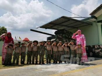 Murid prasekolah berpakaian ala tentera ketika melakukan latihan asas ketenteraan di Tabika Kemas Pintar STREAM di Taman Tuanku Jaafar, Seremban.