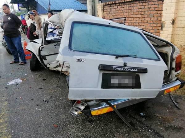 Kereta Toyota Corolla dipandu Abdullah remuk selepas terbabit kemalangan.