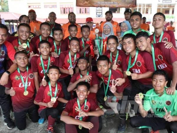 Pemain pasukan SMK Meru meraikan kemenangan muncul juara Piala Sumbangsih selepas menewaskan SMK Dato' Harun di padang SMK Seksyen 9 hari ini. - Foto ASRIL ASWANDI ABDUL SHUKOR