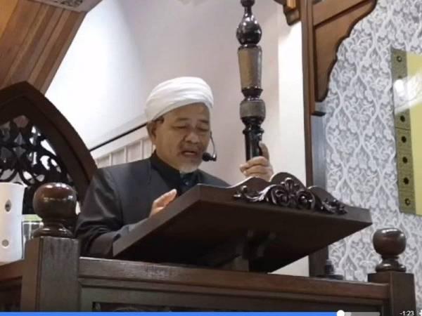 Tuan Ibrahim menyampaikan khutbah di Surau Al-Furqan, Presint 11 di Putrajaya.