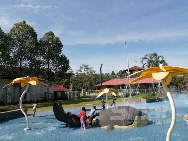 Tempat permainan air di Tasik Titiwangsa yang menjadi tumpuan kanak-kanak bermain air lengang.