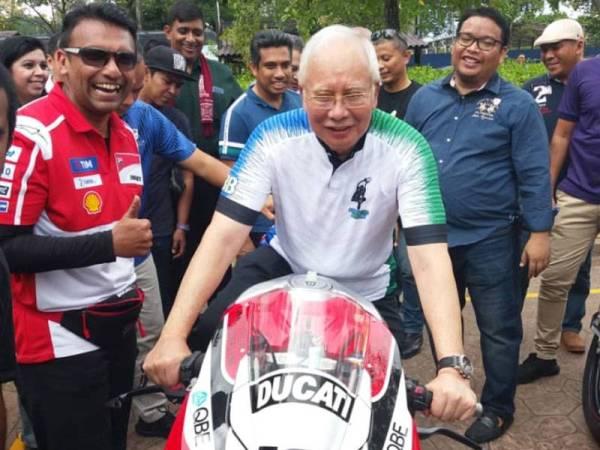 Najib bergambar bersama motosikal Ducati V4R milik Nazir Hussin (kiri). Turut kelihatan Mohd Zaffarollah (belakang dan bercermin mata).