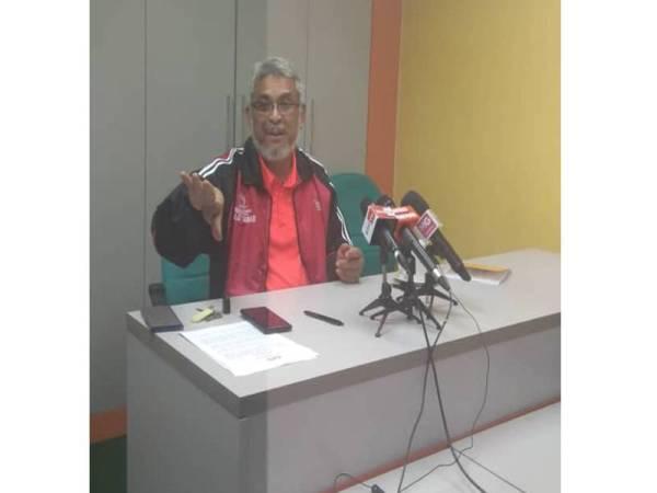 Khalid ketika sidang akhbar khas di Pusat Khidmat Parlimen Shah Alam hari ini.