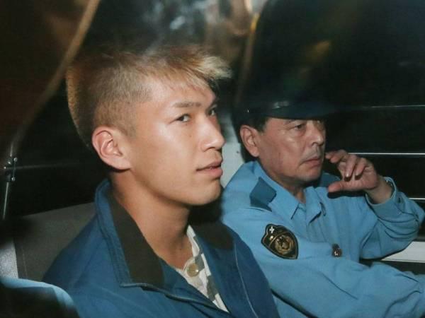 Satoshi Uematsu (kiri) dibawa ke balai polis di Tsukui, wilayah Kanagawa, Jepun empat tahun lalu. - Foto AFP