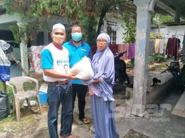 Antara penerima bantuan di DUN Semambu.