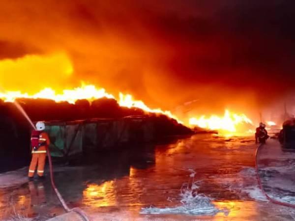 Api marak di kilang terbabit nyaris meragut nyawa 20 pekerja kilang yang berjaya menyelamatkan diri.