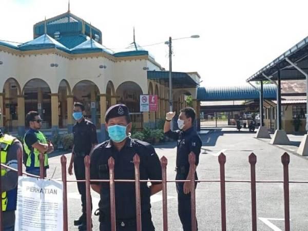 Beberapa anggota polis membuat pemantauan di masjid tersebut.