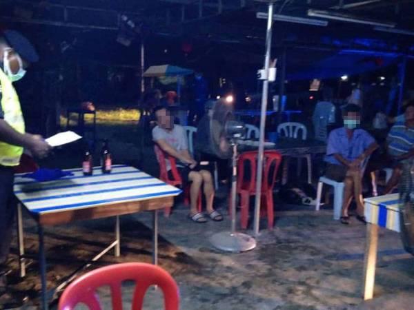 Polis menahan lelaki ingkar PKP sekitar Manjung semalam. - Foto ihsan pembaca