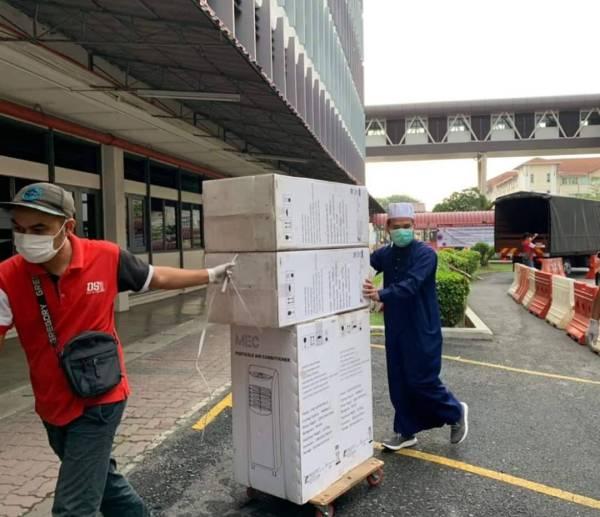 Beliau menyumbang pendingin hawa mudah alih kepada hospital sekitar Lembah Klang. - Foto Facebook Ustaz Ebit Lew