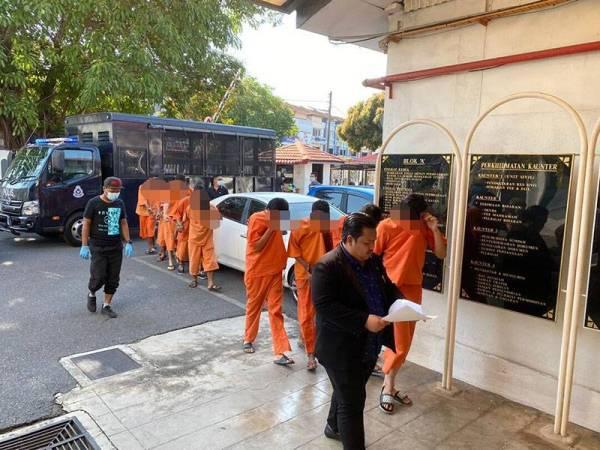Seramai 10 individu berusia antara 21 hingga 32 tahun yang ditahan di Arau direman selama empat hari bermula hari ini hingga 31 Mac depan.