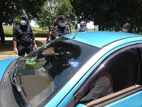 Razali memeriksaan sebuah kenderaan yang dinaiki dua orang ketika membuat pemantauan di SJR Taman Sutera Wangi.