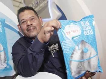 Pengerusi NEKMAT, Abdul Hamid Bahari menunjukkan produk Qfish yang menawarkan ikan sejuk beku yang segar dengan harga berpatutan. - Foto Sumber Internet