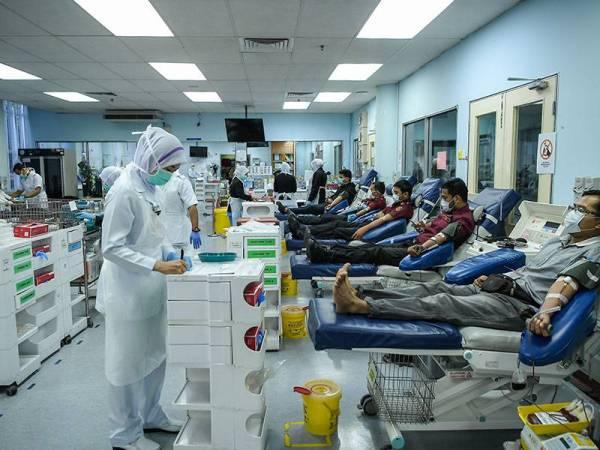 Pelaksanaan Perintah Kawalan Pergerakan tidak menghalang orang ramai menderma darah ketika tinjauan di Pusat Darah Negara. Foto: Bernama