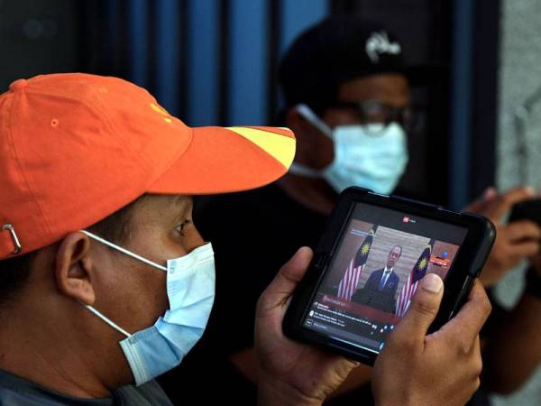 Orang awam mengikuti siaran langsung pengumuman Pakej Rangsangan Ekonomi Prihatin Rakyat (Prihatin) sebanyak RM250 billion oleh Perdana Menteri, Tan Sri Muhyiddin Yassin. - Foto Bernama