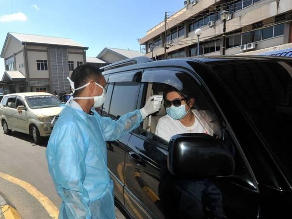 Petugas Jabatan Kesihatan membuat saringan kesihatan. -Foto Bernama
