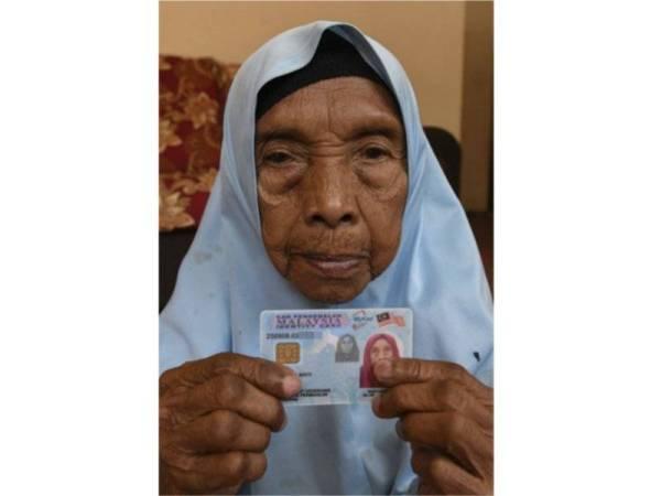 Siti Mariam Jusoh menunjukkan kad pengenalannya ketika ditemui Bernama di Kampung Pasir Golok Ketereh hari ini. - Foto Bernama