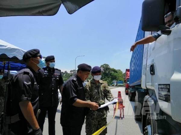 Surat kebenaran bertugas turut diperiksa bagi memastikan kesahihan perjalanan dibuat pengguna jalan raya.