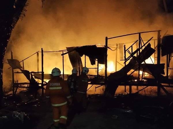 Anggota bomba memadam kebakaran rumah di Jalan Kampung Jawa di sini awal pagi tadi. -Foto: JBPM Pahang