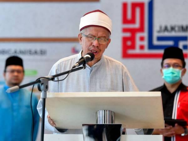 Menteri di Jabatan Perdana Menteri (Hal Ehwal Agama) Datuk Seri Dr Zulkifli Mohamad Al-Bakri menyampaikan ucapan semasa majlis penyerahan sumbangan Tabung Musa'adah Covid-19 Jabatan Kemajuan Islam Malaysia (JAKIM) di JAKIM hari ini. - Foto Bernama