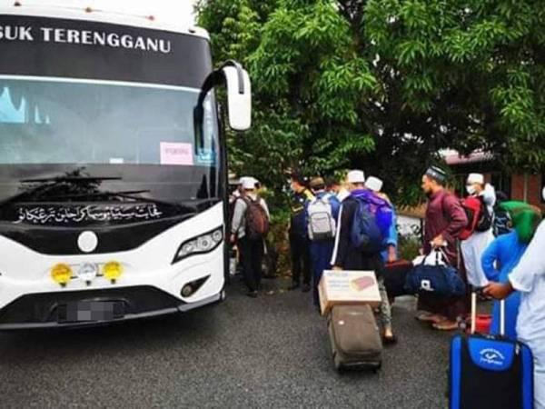 Pelajar dihantar menaiki kenderaan jabatan untuk pulang ke rumah masing-masing.