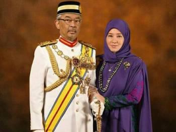 Al-Sultan Abdullah Ri'ayatuddin Al-Mustafa Billah Shah dan Tunku Azizah Aminah Maimunah Iskandariah.