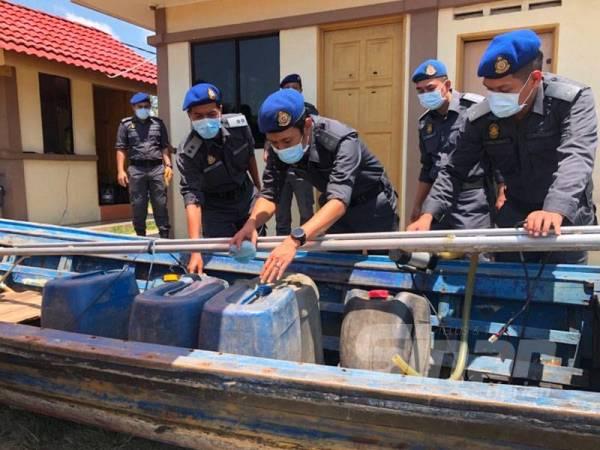 Azanizam memeriksa petrol yang dirampas di atas bot pancung.