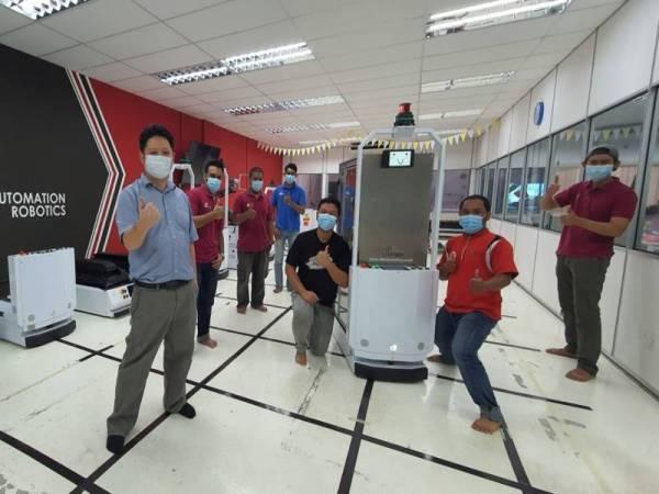 Universiti Teknologi Malaysia (UTM) bersama-sama Hospital Canselor Tuanku Muhriz (HCTM), Universiti Kebangsaan Malaysia (UKM) dan DF Automation and Robotics Sdn Bhd (DF) telah membangunkan Sistem Robot Penghantaran Hospital sebagai usaha membantu petugas barisan hadapan penjagaan kesihatan menangani wabak koronavirus (Covid-19).  - Foto Bernama