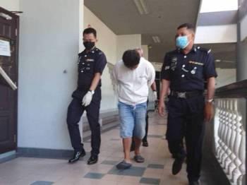 Mohd Hafis ketika dibawa keluar dari Mahkamah Majistret Ayer Keroh di sini hari ini.