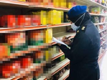 KPDNHEP Selangor menjalankan pemeriksaan bekalan makanan dan barangan keperluan di pasar raya sekitar Selangor.