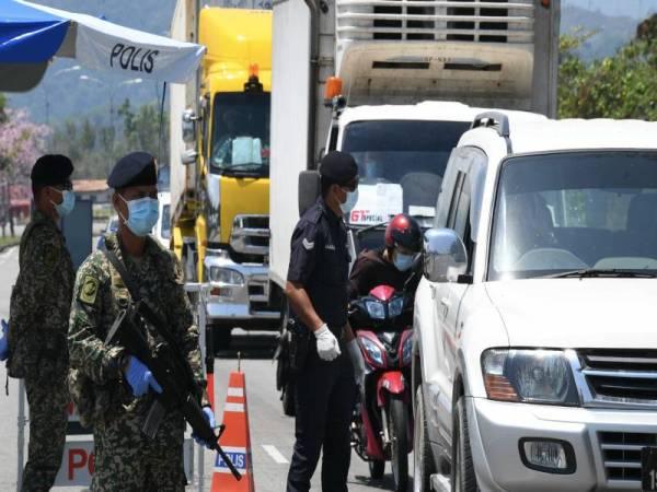 Anggota polis dan tentera melakukan sekatan jalan raya.