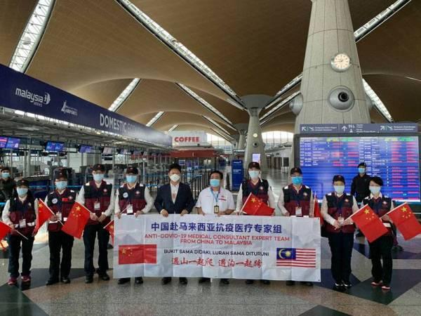 Rombangan lapan pakar perubatan China bergambar bersama Duta China di Malaysia, Bai Tian (lima dari kiri) sebaik sahaja tiba di Lapangan terbang Antarabangsa Kuala Lumpur (KLIA) pada 18 April lalu.