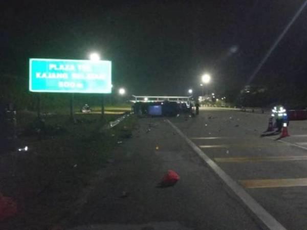 Kejadian kira-kira jam 2 pagi itu dipercayai berlaku ketika kenderaan Toyota Hilux yang dipandu seorang lelaki hilang kawalan sebelum terbabas melanggar sekatan jalan raya hingga merempuh mangsa.