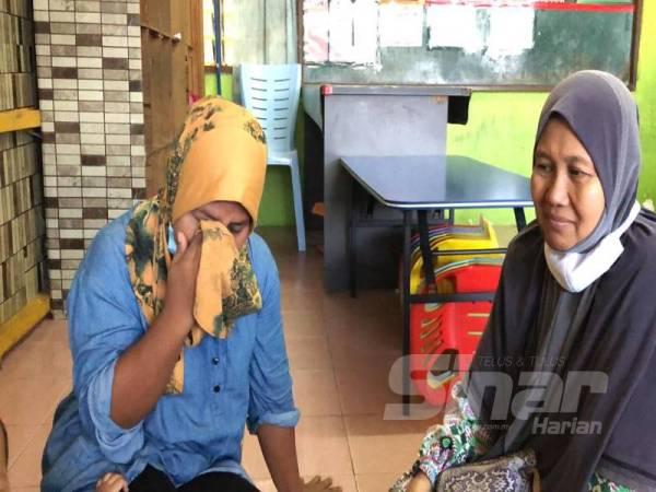 Rohayu (kiri) sebak menceritakan kesusahannya ketika ditemui terkandas bersama bayi lelakinya selain turut merindui anak-anak serta suaminya di Johor.