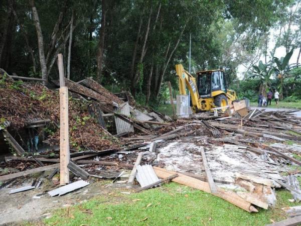 Gerai yang dibina di atas rezab Jalan Kinrara 2, Bandar Kinrara di sini dirobohkan MPSJ semalam.
