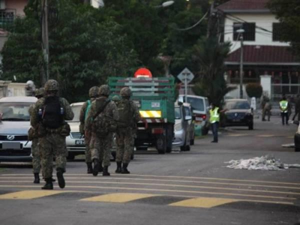 Pasukan keselamatan melakukan rondaan di kawasan PKPD Pasar Jalan Othman, Petaling Jaya.