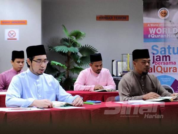 Wan Ahmad Fhysal (depan, kiri) mengetuai bacaan Surah Ar-Rahman pada program World #QuranHour yang diadakan serentak seluruh dunia hari ini.