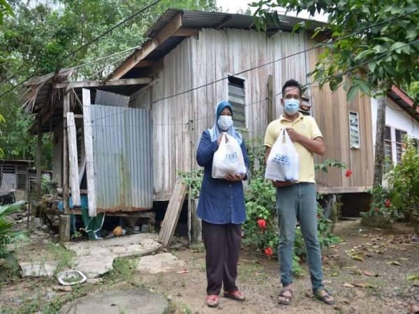 Penerima bantuan menerima barangan keperluan harian daripada FAF menerusi inisiatif Tabung Kiriman Ikhlas.