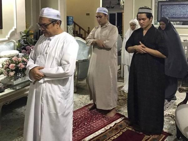 Nik Ahmad Kamal mengimamkan solat tarawih di rumah bersama keluarganya.