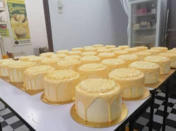 Kek durian D24 Nur Fazliah yang dihasilkan di rumahnya di Meru, Klang, Selangor.