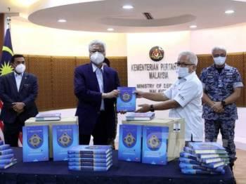 Penerbit Sinar Harian, Datuk Dr Hussamuddin Yaacub (dua, kanan) menyerahkan 10,000 naskhah al-Quran kepada Menteri Pertahanan, Datuk Seri Ismail Sabri Yaakob di Kementerian Pertahanan hari ini. - FOTO SINAR HARIAN /ASRIL ASWANDI SHUKOR.