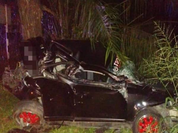 Keadaan salah sebuah kereta selepas terbabit kemalangan melibatkan empat kenderaan di Kilometer 145 Jalan Kuala Lumpur-Kuantan malam tadi. - Foto JBPM