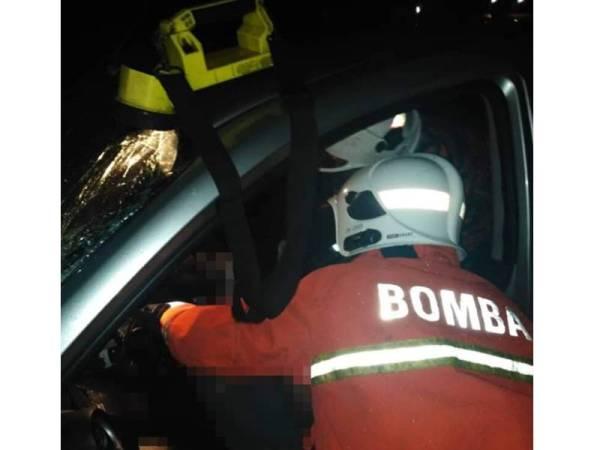 Anggota bomba dari Balai Bomba dan Penyelamat Mentakab membantu mengeluarkan dua mangsa yang tersepit. - Foto JBPM