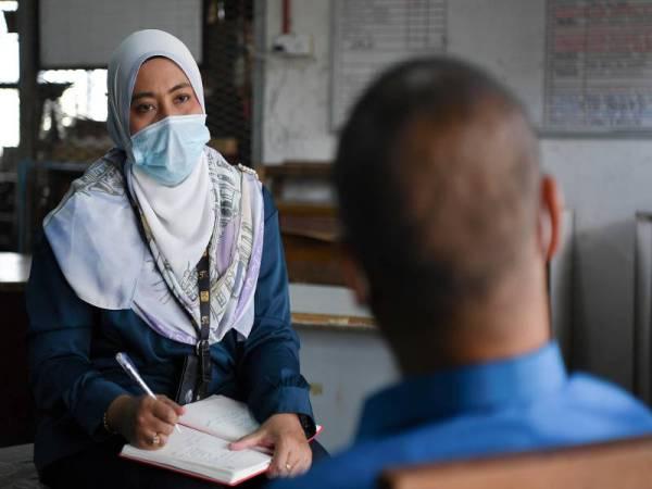 Banduan Penjara Marang dikenali sebagai Ahmad, 49, (kanan) yang menjalani hukuman sepanjang hayat selepas terlibat dalam kes Al-Ma'unah bercakap ketika ditemu bual wartawan Bernama Zalina Maizan Ngah hari ini. - Foto Bernama