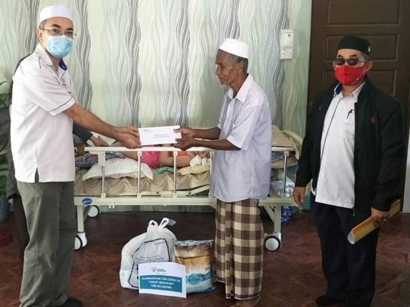 Wakil Tenaga Nasional Berhad (TNB) Kelantan menyampaikan sumbangan Wakalah Zakat TNB kepada seorang asnaf yang mempunyai anak OKU di Tunjung Kota Bharu.