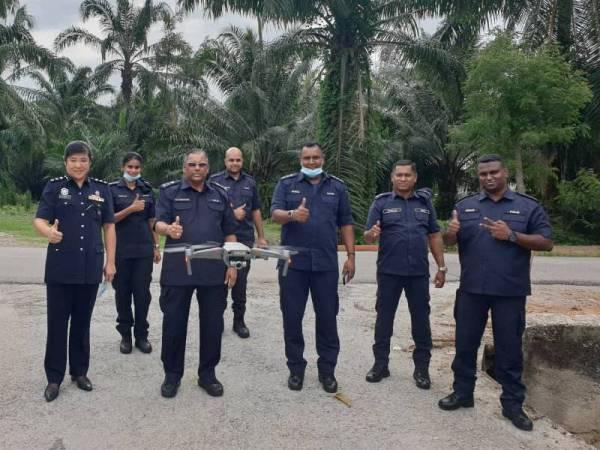 Kumaran (tengah) mengetuai pemantauan sepasukan polis menggunakan kaedah dron di Kampung Perepat, Klang, semalam, bagi memastikan masyarakat mematuhi PKPB.
