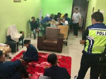 Polis membuat pemeriksaan di sebuah rumah di Kampung Kenanga di sini hari ini.
