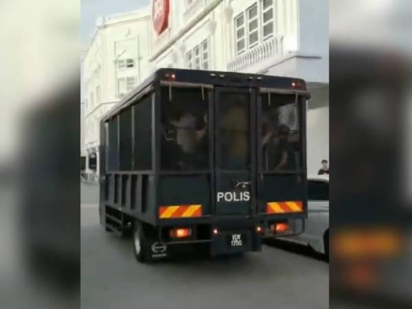 Trak polis membawa 42 individu ditahan dalam serbuan di sebuah pusat snooker di Sungai Petani di sini semalam.